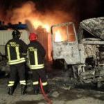 Vigili del fuoco Crotone mentre spengono incendio