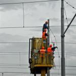 Crisi: operai al lavoro su linee elettriche
