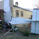 Cade piccolo aereo biposto nei pressi di un ristorante a Cirò Marina