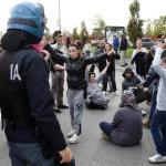 Casa: Milano; tensione antagonisti polizia durante sgombero