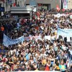 Studenti e professori sfilano per le vie di Genova nel giorno dello sciopero contro il disegno di legge 'La Buona scuola', 5 maggio 2015. ANSA/ PAOLO ZEGGIO.