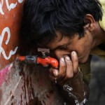 epa04774212 An Indian cools off with water from a public drinking fountain during scorching temperatures in Ahmedabad, India, 29 May 2015. According to reports the death toll from temperatures which have hit a 20 year high have claimed almost 1700 lives as Indians, especially in the south, continue to suffer from the heat wave that has topped 45 degrees celsius in places, though some forecasts are saying pre-monsoon showers, due by the end of May, will bring some respite.  EPA/DIVYAKANT SOLANKI