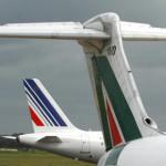 Aerei di Alitalia ed Air France sulle piste dell'aeroporto di Fiumicino in una foto d'archivio. ANSA / TELENEWS
