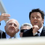 Il premier Matteo Renzi alla nuova marina di Arechi, il porto turistico di Salerno, assieme al candidato Dem per la Campania, Vincenzo De Luca, 22 maggio 2015. ANSA/ CIRO FUSCO