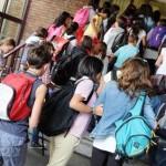 Gli studenti della scuola media statale Ugo Foscolo durante il primo giorno di scuola, Torino, 10 settembre 2013. ANSA/ ALESSANDRO DI MARCO