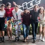 Da sinistra Roberta Carrese (Team Pelu'), la conduttrice Valentina Correani, Thomas Cheval (Team Noemi), Fabio Curto (Team Fach), il conduttore Federico Russo e Carola Campagna (Team JAx) in una foto diffusa alla vigilia della finale di 'The Voice'  2015, in diretta il 27 maggio in prima serata su Rai2. Milano, 26 maggio 2015. ANSA/ US +++ ANSA PROVIDES ACCESS TO THIS HANDOUT PHOTO TO BE USED SOLELY TO ILLUSTRATE NEWS REPORTING OR COMMENTARY ON THE FACTS OR EVENTS DEPICTED IN THIS IMAGE; NO ARCHIVING; NO LICENSING +++