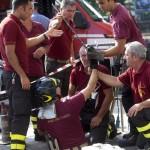 Operai e Vigili del Fuoco al lavoro in piazzale Dunant a Roma, dove tre operai sono rimasti feriti a seguito dell'esplosione di un tombino causata da una fuga di gas, 21 agosto 2014. ANSA/CLAUDIO PERI