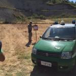 Gli agenti del corpo forestale dello Stato effettuano le indagini per individuare le cause dell'incendio a Fiumicino, 30 luglio 2015. ANSA/ UFFICIO CORPO FORESTALE STATO ++HO NO SALES EDITORIAL USE ONLY++