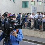 20150713 - BERGAMO - CLJ - PROCESSO OMICIDIO YARA GAMBIRASIO Presso il Tribunale di Bergamo inizia il processo al  muratore di Mapello (Bg), Massimo Giuseppe Bossetti, accusato dellomicidio di Yara Gambirasio. Nella foto le persone fuori dal Tribunale di Bergamo. ANSA/PAOLO MAGNI/DRN