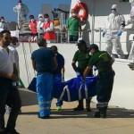 Uno dei cadaveri sbarcati dalla motonave Fiorillo della Guardia Costiera con 250 migranti  a bordo, tra cui 7 minori e 23 donne di cui una incinta, attraccata al porto di Reggio Calabria, 28 agosto 2015. ANSA/Giorgio Neri