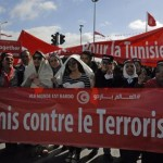 Sono già migliaia i tunisini che si stanno radunando a Bab Saadoun, la piazza di Tunisi da dove partirà la marcia internazionale contro il terrorismo, 29 marzo 2015. Imponenti le misure di Sicurezza: ovunque agenti, militari armati e blindati. A pochi metri dal luogo del raduno anche un carro armato da battaglia. ANSA/ CLAUDIO ACCOGLI