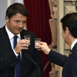 epa04870639 Italian Prime Minister Matteo Renzi (L) raises his glass for a toast with Japan's Prime Minister Shinzo Abe (R) during a welcome dinner hosted by Abe at his official residence in Tokyo, Japan, 03 August 2015. Italian Prime Minister Renzi is currently on an official visit to Japan.  EPA/FRANCK ROBICHON/POOL