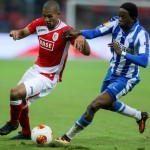 epa03874560 Standard de Liege's William Vainqueur (L) and Esbjerg's Mushaga Bakenga (R) fight for the ball  during the UEFA Europa League match between Standard Liege and Esbjerg FB, at the Maurice Dufrasne stadium, in Liege, Belgium, 19 September 2013.  EPA/JULIEN WARNAND