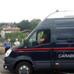 Carabinieri all'esterno della villa dove, nel corso di una rapina, è stato ucciso il proprietario in contrada Crocefisso di Biancavilla, Catania, 27 agosto 2015. ANSA/ MIMMO TROVATO