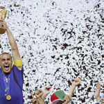 Il capitano della nazionale italiana, Fabio Cannavaro, alza la coppa al cielo dopo aver vinto la finale dei Mondiali 2006 contro la Francia, in una immagine del 09 luglio 2006 a Berlino. ANSA/KAY NIETFELD/DRN