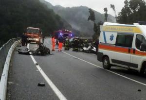 I soccorritori sul luogo dell'incidente stradale, avvenuto sulla statale Jonio-Tirreno, nei pressi di Cinquefrondi (Reggio Calabria), in cui sono morte sei persone, 16 novembre 2014. ANSA/ MICHELE ALBANESE