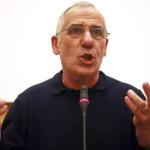 GALASSIA: CURCIO A NAPOLI PRESENTA LIBRO, CONTESTATO DA AN                    20070317 - NAPOLI - POL - GALASSIA: CURCIO A NAPOLI PRESENTA LIBRO, CONTESTATO DA AN. Una ventina di militanti di Alleanza Nazionale, fra i quali un consigliere regionale della Campania e un consigliere comunale, hanno contestato il fondatore delle Brigate rosse, Renato Curcio, alla Fiera del libro ''Galassia Gutenberg'', dove Curcio presentava il nuovo libro della sua casa editrice. La contestazione e' avvenuta nella sala ''Diaz'' della Stazione marittima dove si tiene la mostra. Non appena Curcio e' entrato, i militanti di An in fondo alla sala hanno srotolato un grande striscione con il simbolo del Partito e la scritta ''Il carcere speciale? A vita, per i terroristi''. Una persona presente in sala ha cercato di strappare via lo striscione. Ci sono state grida e spintoni, ma i poliziotti in borghese della Digos sono riusciti ad evitare lo scontro.