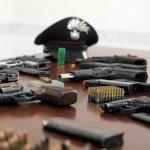 Le cinque pistole ed oltre 300 cartucce di vario calibro sequestrate dai carabinieri nella cantina dell'abitazione di un incensurato ad Ercolano (Napoli), 7 agosto 2014. L'uomo, Donato Fusco, di 54 anni, è stato arrestato. ANSA/ CESARE ABBATE