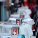 """Tavolini in strada in una via del centro di Roma, oggi 23 dicembre 2011.  """"Siamo soddisfatti. Ringraziamo il sindaco di Roma Gianni Alemanno e il presidente della commissione Commercio Ugo Cassone per l'interessamento dimostrato. La decisione di sospendere le rimozioni dei caloriferi esterni almeno nel periodo natalizio darà respiro agli esercenti e la possibilità ai turisti di vivere a pieno la città"""". Lo afferma il presidente della Fipe Confcommercio di Roma Nazzareno Sacchi. ANSA/CLAUDIO ONORATI"""
