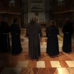 Alcuni frati pregano davanti alla tomba di San Francesco appena restaurata nel Sacro Convento di S. Francesco ad Assisi, 7 aprile 2011. ANSA/ALESSANDRO DI MEO