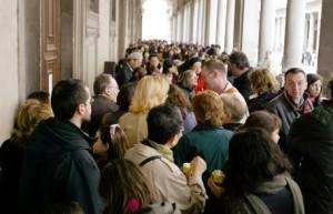 20040224-FIRENZE-CRO-MANIFESTAZIONE PRECARI DEL POLO MUSEALE DI FIRENZE. La lunga coda di turisti che questa mattina si  formata all' esterno dell' ingresso del Museo degli Uffizi, a causa dello sciopero dei lavoratori precari dei musei fiorentini. MARCO BUCCO/ANSA.