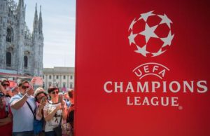 epa05329764 People take photographs of the UEFA Champions League trophy (unseen) during it's presentation at the Piazza Duomo in Milan, Italy, on 26 May 2016. Real Madrid will face Atletico Madrid in the UEFA Champions League Final on 28 May 2016 at the Giuseppe Meazza Stadium in Milan.  EPA/CHRISTIAN BRUNA