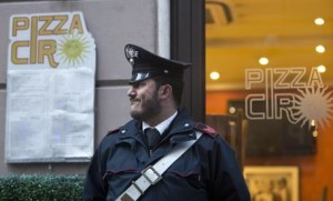 Nella foto d'archivio del 22 gennaio 2014, Carabinieri in Via Della Mercede a Roma durante operazioni di controllo alla catena di pizzerie 'Ciro', nell'ambito dell'operazione anti-camorra che ha portato a 90 arresti. ANSA/MASSIMO PERCOSSI