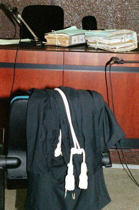 20040206 - ROMA - GIUSTIZIA, SOSPESO LO SCIOPERO DEI MAGISTRATI -  Una foto di archivio che mostra una toga adagiata su una sedia in un' aula di tribunale.  MASSIMO CAPODANNO /ANSA/KLD