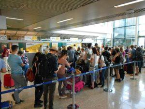 Passeggeri in attesa  durante lo sciopero di 4 ore  dei controllori di volo aderenti ai sindacati  Unica e Licta all'aeroporto di Fiumicino,17 giugno 2016. ANSA/Telenews