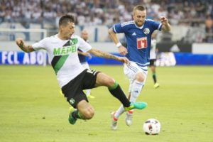 epa05445987 Francesco Acerbi (L) of Sassuolo and Jakob Jantscher of Luzern in action during the UEFA Europa League third qualifying round first leg soccer match between Swiss Club FC Luzern and  Italian Club US Sassuolo, in Lucerne, Switzerland, 28 July 2016.  EPA/URS FLUEELER