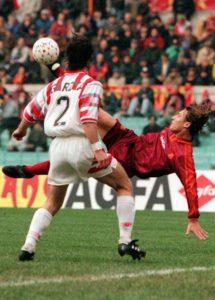 L'attaccante della Roma, Francesco Totti, in azione durante la partita contro la Cremonese l'11 febbraio 1996. ANSA/ALESSANDRO BIANCHI