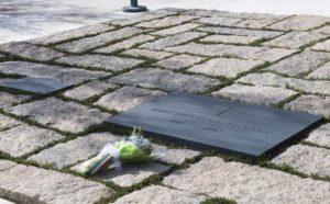 La lapide con il nome di John Fitzgerald Kennedy nel cimitero militare di Arlington, in Virginia, visitato dal premier Matteo Renzi dopo il suo intervento alla Hopkins University, 19 ottobre 2016.    ANSA  / Tiberio Barchielli, ufficio stampa presidenza del Consiglio    +++  ANSA PROVIDES ACCESS TO THIS HANDOUT PHOTO TO BE USED SOLELY TO ILLUSTRATE NEWS REPORTING OR COMMENTARY ON THE FACTS OR EVENTS DEPICTED IN THIS IMAGE; NO ARCHIVING; NO LICENSING  +++