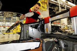 20080625 - MARANELLO - LAB - FERRARI: CON 'FORMULA UOMO' SI PUNTA SICUREZZA SU LAVORO.Il reaprto montaggio vetture nello stabilimento Ferrari a Maranello.Anche la sicurezza totale sul luogo di lavoro, ovvero la riduzione a zero degli incidenti, è uno degli obiettivi di 'formula uomo', il progetto della Ferrari partito qualche anno fa per rendere gradevoli i luoghi di lavoro nella fabbrica del Cavallino rampante, la cui evoluzione è stata presentata dal presidente della Ferrari Luca di Montezemolo e dall'amministratore delegato Amedeo Felisa.Il progetto prevede nuovi spazi, reparti produttivi costruiti tenendo presente la qualità del lavoro per gli operai, il rispetto dell'ambiente, con la possibilità, nel prossimo futuro, di produrre con propri impianti fotovoltaici l'energia che serve per far funzionare lo stabilimento. Non ultimo il tema della sicurezza. Come ha spiegato Montezemolo, la prevenzione dei rischi e la diffusione della cultura della sicurezza, ha l'obiettivo di ridurre a zero l'incidenza degli infortuni sul lavoro.ANSA/U.S. FERRARI/GIORGIO BENVENUTI++NO SALES++
