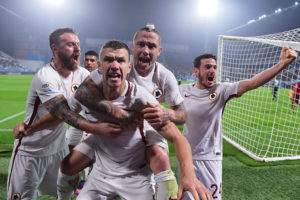REGGIO NELL'EMILIA, ITALY - OCTOBER 26:  AS Roma players celebrates after second goal scored by Edin Dzeko during the Serie A match between US Sassuolo and AS Roma at Mapei Stadium - Citta' del Tricolore on October 26, 2016 in Reggio nell'Emilia, Italy.  (Photo by Luciano Rossi/AS Roma via Getty Images)