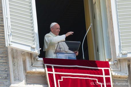 Papa Francesco omaggia la Madonna a Piazza di Spagna. All'Angelus appello per l'Ucraina