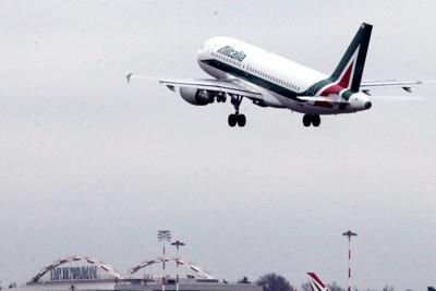 Alitalia e Calenda: vendita a fine ottobre, prestito al 15/12