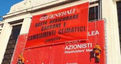 Blitz di Greenpeace ad assemblea Generali