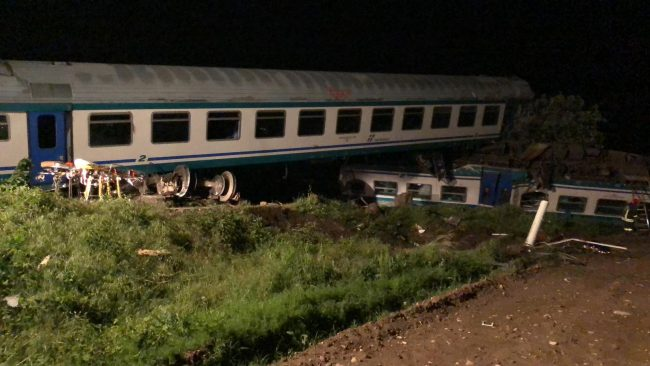 Treno urta camion sulla linea Torino-Ivrea, due morti e 18 feriti