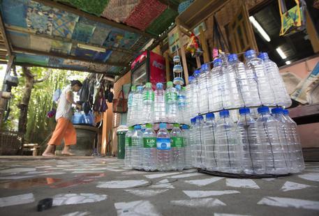 Costa, battaglia a bottiglie plastica