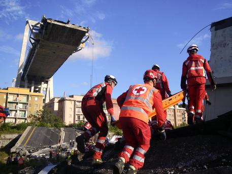 Crollo ponte Genova: trovata auto famiglia, bilancio sale a 41 morti