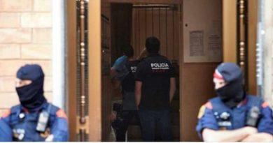 Barcellona, algerino assalta commissariato di polizia armato di coltello: ucciso
