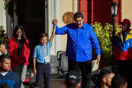 Maduro agli studenti: 'Studio e fucile'