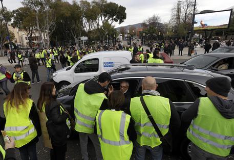 I gilet gialli bloccano depositi di carburante in Francia