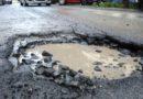 Manovra, le buche a Roma saranno riparate dall'esercito: 240 milioni per 200 chilometri di strade
