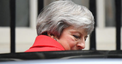 Brexit, May si arrende: Decisione rinviata, non ha i voti dei Tories