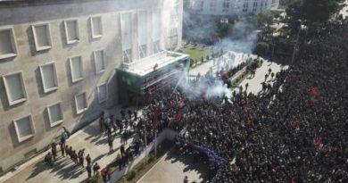 L'opposizione assalta la sede del governo a Tirana