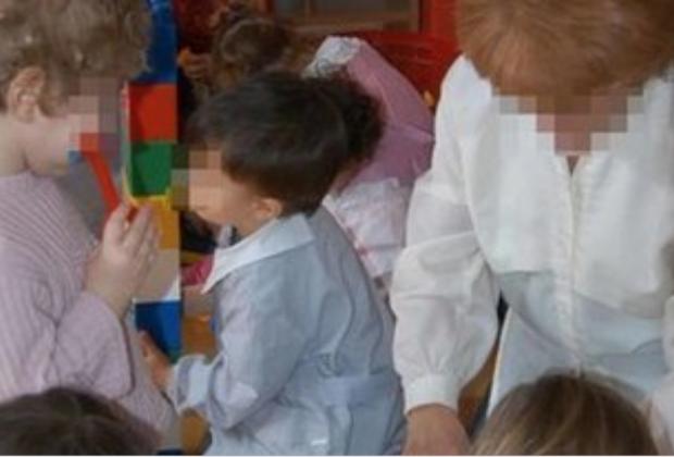 Asilo nido degli orrori a Siena: bimbi al freddo e legati con fasce elastiche. Arrestata maestra