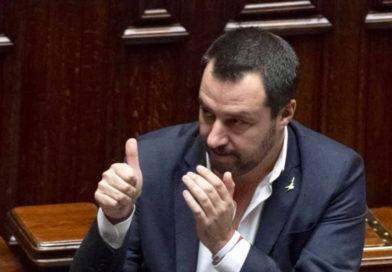 Salvini esulta dopo la vittoria in Basilicata