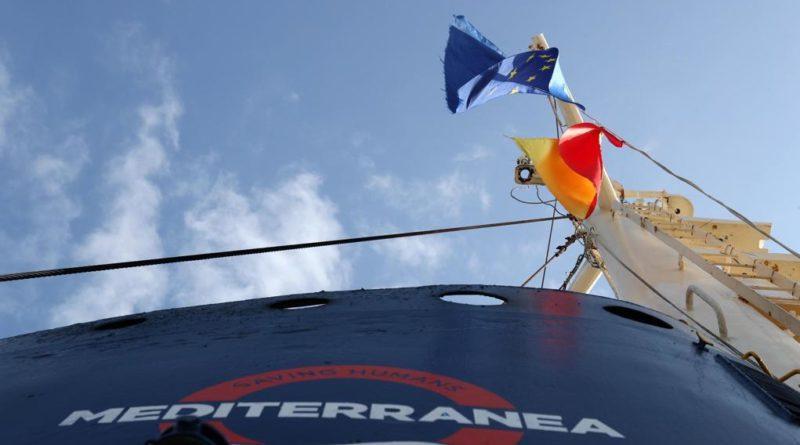 Ong imbarca 50 migranti e fa rotta verso l'Italia. Salvini chiude le le acque territoriali