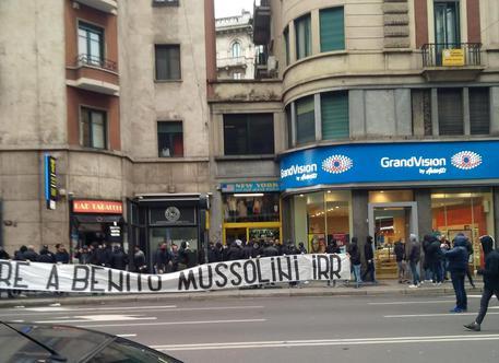 25 aprile: 'Onore a Mussolini', striscione vicino piazzale Loreto